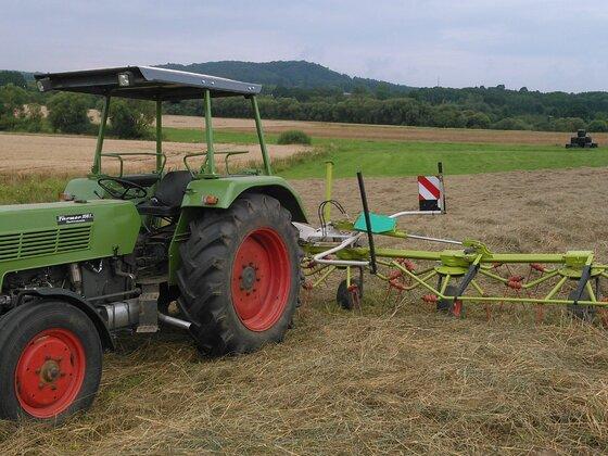 Heu wenden mit Farmer 108S und 8m Claas Wender