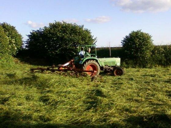 Karl (Farmer 3S ) mit Fella TH 660D Hydro ca. 6,6m Arbeitsbreite im Pony Heu