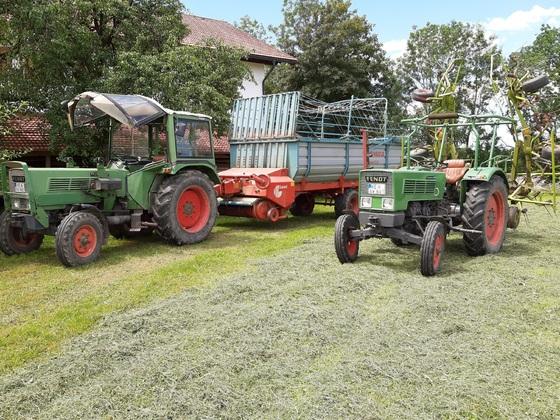 Fendt Farmer 2DE und 102S bei der Heuernte 2020