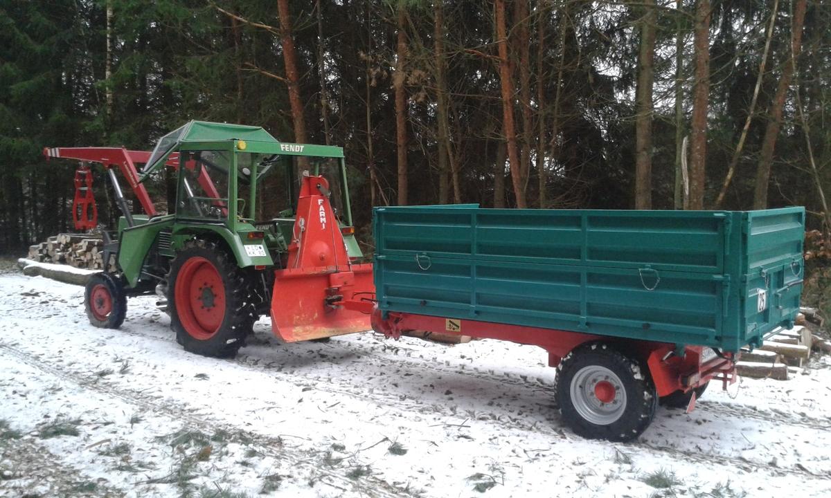 Farmer 102 S beim Holz holen