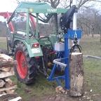 Fendt 102 S spaltet Holz