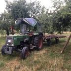 Fendt 102s mit Langholzwagen auf Streuobstwiese
