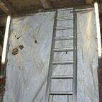 Die Werkstatt wurde zunächst etwas besser beleuchtet zudem kam etwas Staubschutz hinzu (Pferdefutter+Heu)