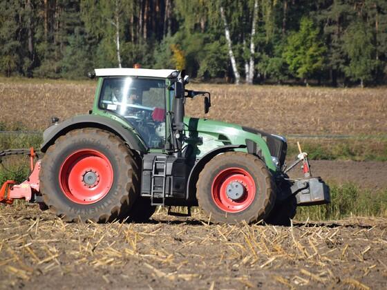 Feldbearbeitung mit Siebenschar Wendepflug und Packer