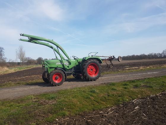 Farmer 3 SA mit Krone Godewind Pflug