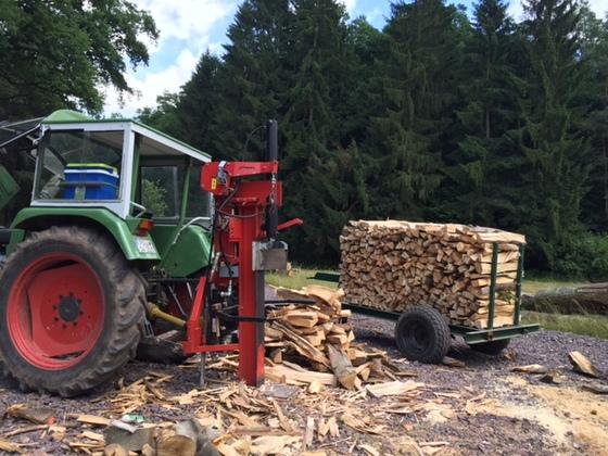 Fendt 104S mit Spalter beim Holzspalten