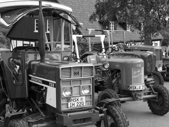 Abfahrt zum Oldtimertreff mit 16 Traktoren