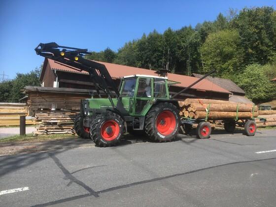Fendt Farmer 308LS mit restauriertem Langholzhänger am Sägewerk
