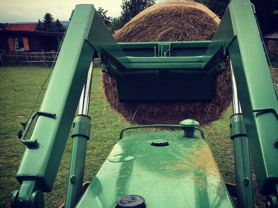 Farmer 106s beim Heu laden