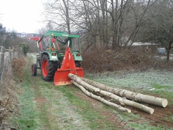 Farmer 102S rückt Holz