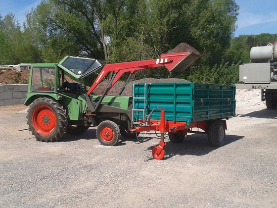 Farmer 102S beim Schotter laden
