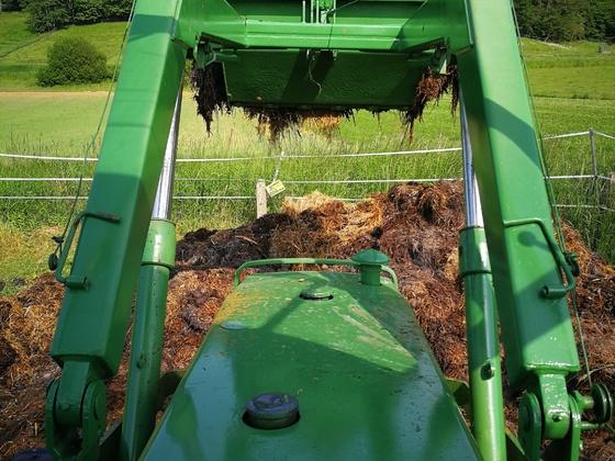 Farmer 106s bei anrüchiger Arbeit, Fahrerperspektive