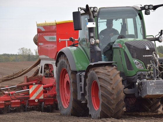 Fendt 724 mit Pöttinger Terrasem C6 bei Wintersaat