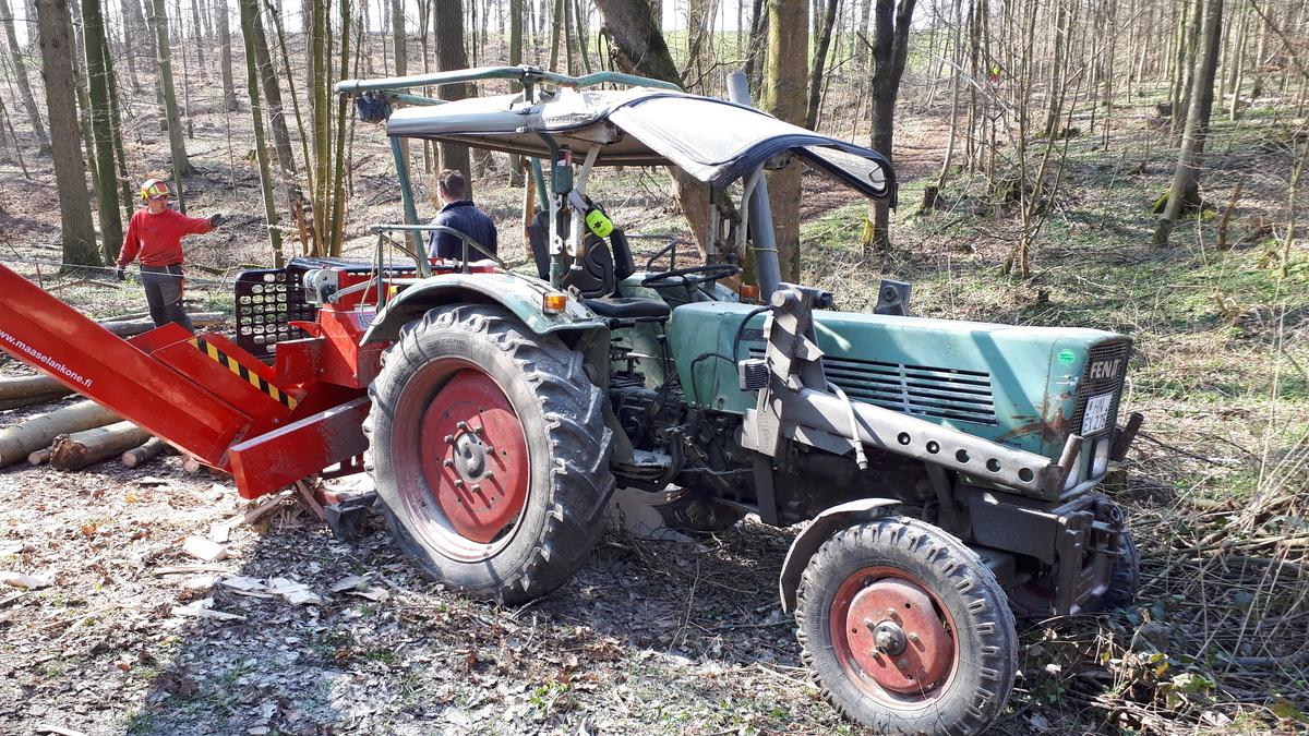 Farmer 2Ebisschen staubig mit HakiPilke OH 27 Säge-Spalt-Automat